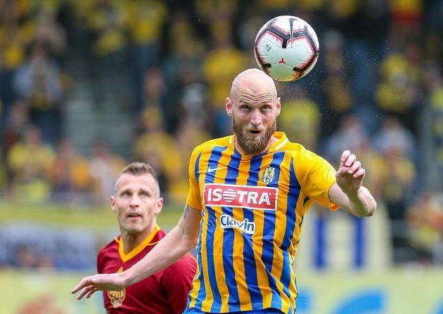Jan Ďurica z Dukly sleduje, jak Tomáš Smola z Opavy odehrává hlavou míč v utkání nejvyšší soutěže.