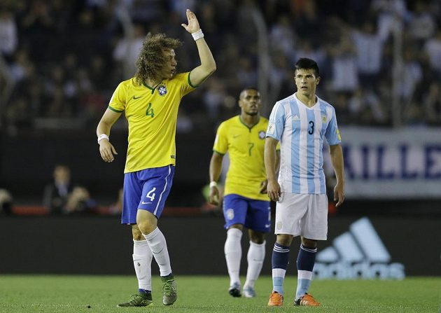 Brazilský obránce David Luiz se zlobí na rozhodčího, který mu ukázal červenou kartu v kvalifikačním duelu proti Argentině.