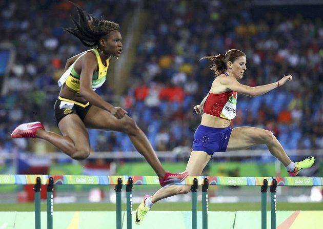 Zuzana Hejnová (vpravo) bez problémů míří za postupem do olympijského semifinále na 400 metrů překážek.