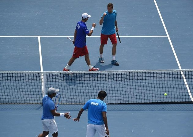 Čeští tenisté Adam Pavlásek a Radek Štěpánek zvládli čtyřhru proti indickému páru Rohan Bopanna, Leandr Paes.