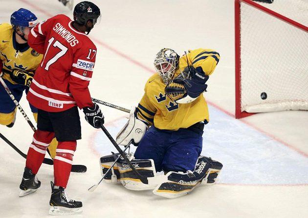 Kanaďan Wayne Simmonds sleduje před švédským gólmanem Jhonasem Enrothem puk v brance po střele svého krajana Luka Schenna.