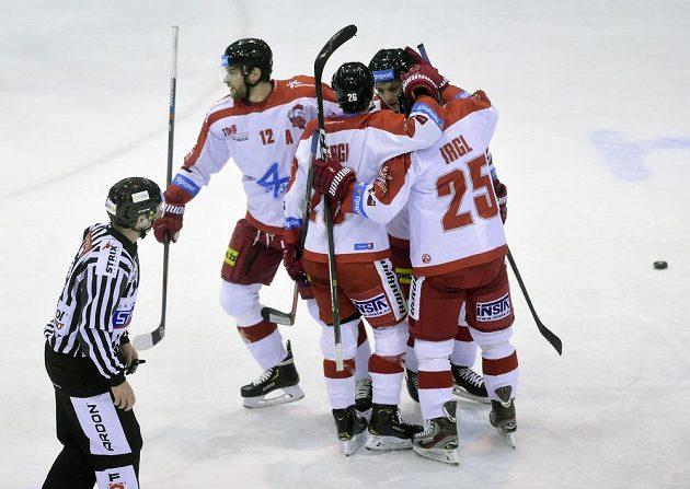 Hokejisté Olomouce se radují z gólu, který vstřelil útočník Zbyněk Irgl (vpravo).