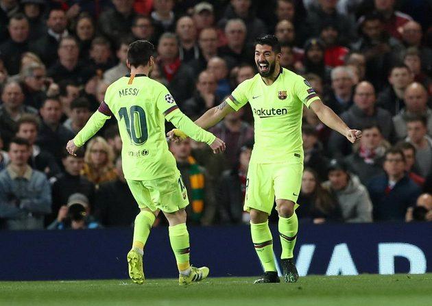 Barcelonští Luis Suárez (vpravo) a Lionel Messi se radují po gólu proti Manchesteru United.