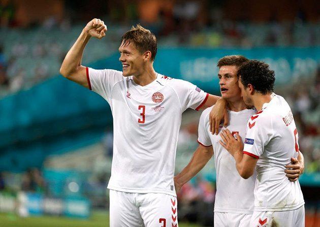 Dánská radost. Jannik Vestergaard, Thomas Delaney a Joakim Maehle slaví poté, co Dánsko vstřelilo druhý gól do české sítě ve čtvrtfinále EURO.