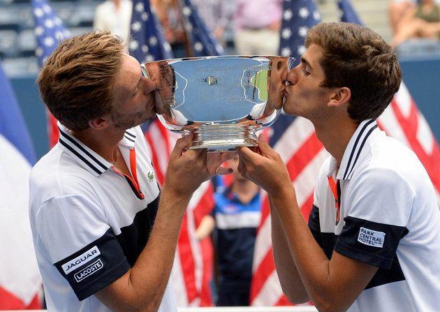 Pierre-Hugues Herbert (vpravo) a Nicolas Mahut z Francie po triumfu ve čtyhře na US Open.