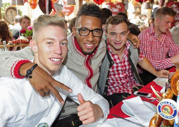 Fotbalisté Bayernu Mnichov na Oktoberfestu. Zleva Mitchell Weiser, Jerome Boateng a Xherdan Shaqiri.