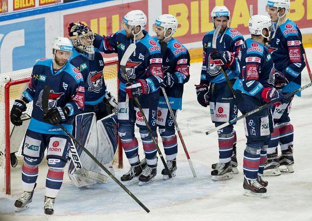 Hokejisté Chomutova se radují z vítězství na Spartě.