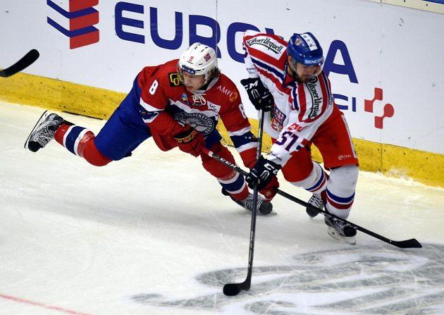Roman Horák (vpravo) v souboji s Mathiasem Trettenesem z Norska. Český tým vyhrál v Chomutově i odvetu.