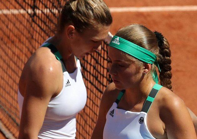 Simona Halepová (vlevo) a Jelena Ostapenková si jdou sednout na lavičku.