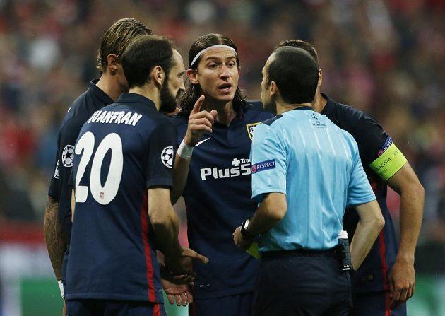 Zleva Fernando Torres, Juanfran, Filipe Luís a Gabi v diskuzi s tureckým rozhodčím Cuneytem Cakirem.