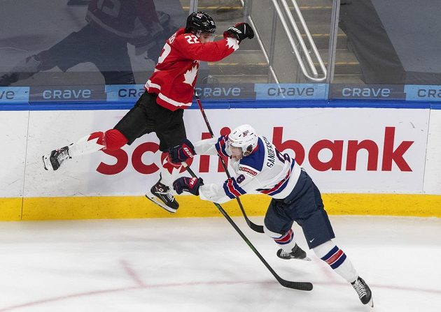 Když jde o zlato, hráči dokážou i téměř nemožné. Takto se prolětěl Kanaďan Dylan Cozens v utkání s USA.