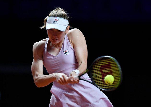 Ruská tenistka Jekatěrina Alexandrovová v zápase proti Karolíně Muchové ve Stuttgartu.