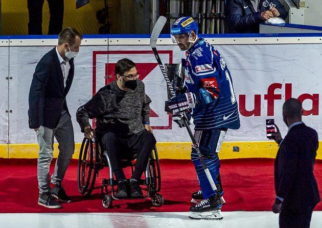Tomáš Zelenka (druhý zleva) předal Tomáši Plekancovi z Kladna (vpravo) cenu pro nejlepšího hráče minulé sezony Chance ligy.