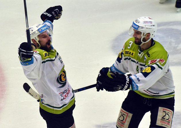 Karlovarští hokejisté Rudolf Huna (vlevo) a Vladimír Sičák se radují ze čtvrtého gólu proti Jihlavě.
