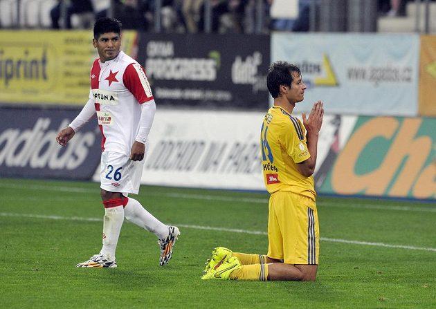 Tomáš Kučera z Jihlavy po promarněné šanci, vlevo je Aldo Baéz ze Slavie.