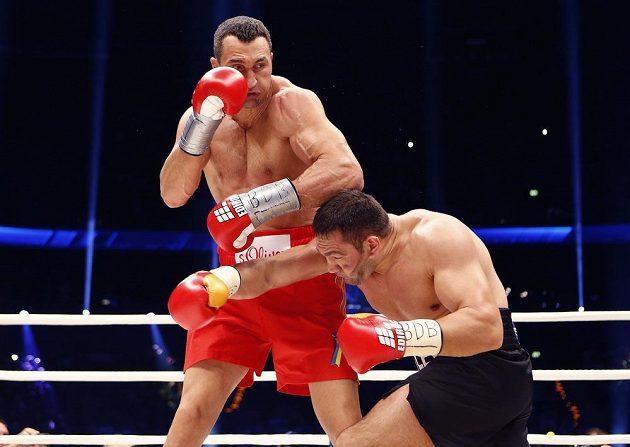 Kubrat Pulev (vpravo) trpí pod údery ukrajinského vládce těžké váhy Vladimira Klička.