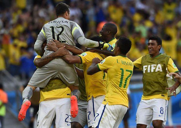 Brazilští fotbalisté oslavují brankáře Julia Cesara, který pomohl kanárkům v penaltovém rozstřelu k vítězství nad Chile.