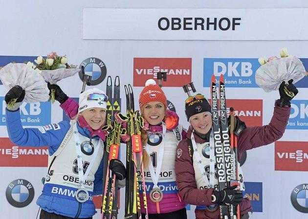 Tři nejlepší biatlonistky z pátečního sprintu na 7,5 km v Oberhofu. Zleva druhá Kaisa Mäkäräinenová z Finska, vítězka Gabriela Koukalová a třetí Marie Dorinová Habertová z Francie.