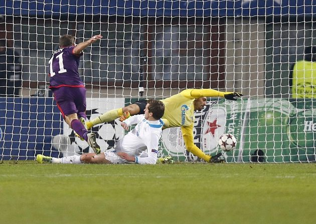 Tomáš Jun (11) střílí gól do sítě Zenitu Petrohrad.