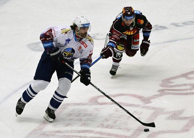 Kladenský hokejista Jaromír Jágr (vlevo) a David Vitouch ze Sparty.