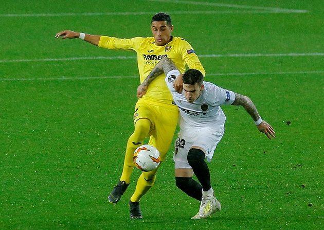 Španělské derby v Evropské lize. Ramiro Funes Mori z Villarrealu v akci se Santim Minou z Valencie.