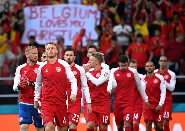 Dánští fotbalisté nastupují k zápasu proti Belgii
