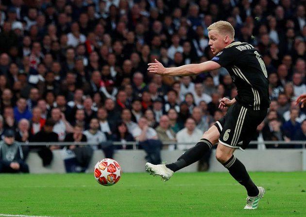 Fotbalista Ajaxu Donny van de Beek střílí gól proti Tottenhamu.