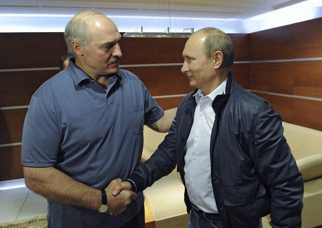 Ruský prezident Vladimir Putin (vpravo) a běloruský prezident Alexander Lukašenko při finále MS v hokeji v Minsku.