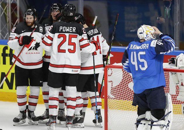 Hokejisté Kanady se radují z vyrovnávacího gólu na 2:2.