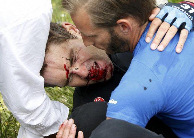 Zdravotníci pečují o zraněného Jacka Bauera.