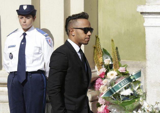 Lewis Hamilton přichází na pohřeb Julese Bianchiho.