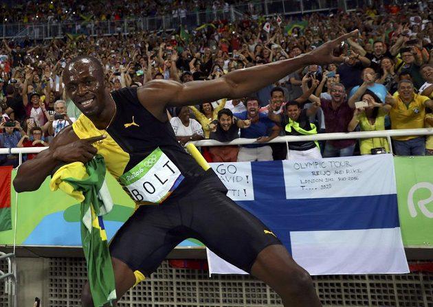 Vítězné gesto Usaina Bolta po triumfu ve štafetě na 4x100 metrů.