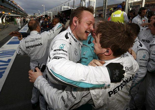 Členové stáje Mercedes se radují z Rosbergova triumfu v premiérovém závodě sezóny v australském Melbourne.