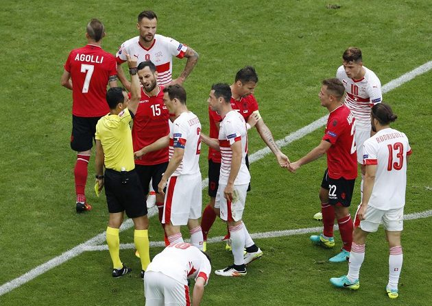 Albánský kapitán Lorik Cana dostává červenou kartu v zápase mistrovství Evropy proti Švýcarsku.