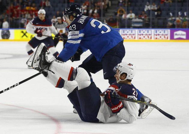 Americký útočník Dylan Larkin skončil na ledě po souboji s Finem Markusem Hannikainenem ve čtvrtfinále mistrovství světa.