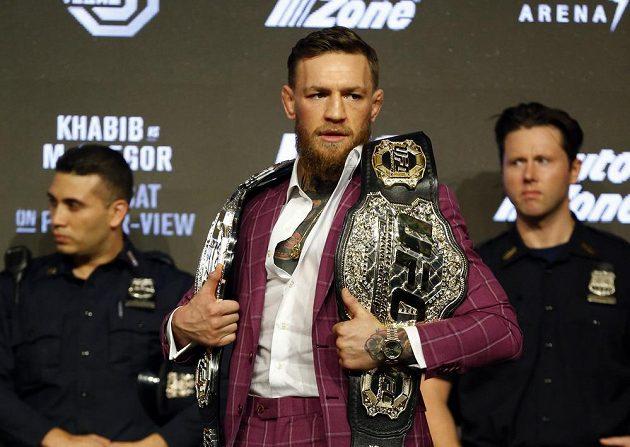 Conor McGregor s pásy šampióna UFC.