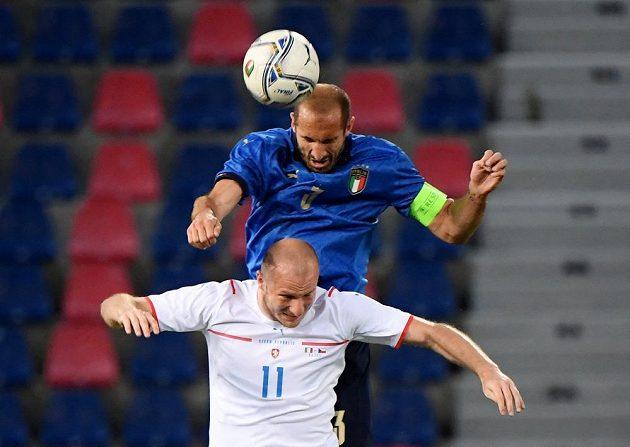 Ve vzdušném souboji Michael Krmenčík a Giorgio Chiellini.