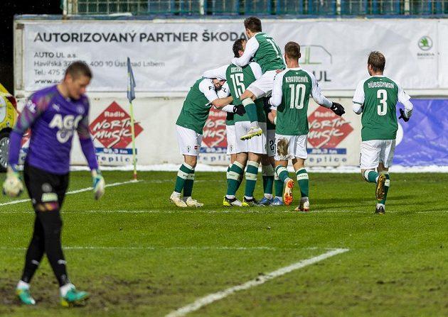 Hráči Jablonce se radují z gólu.