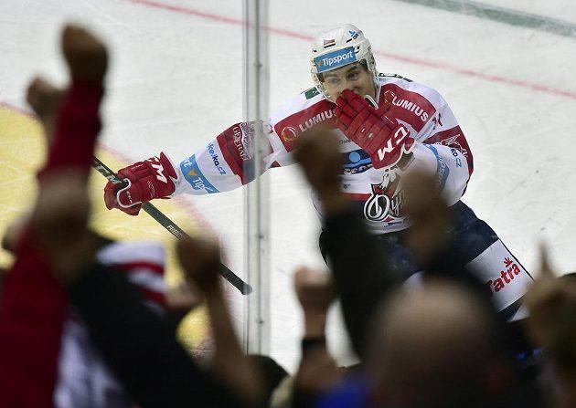 Pardubický útočník David Tomášek se raduje ze vstřeleného gólu proti Spartě.