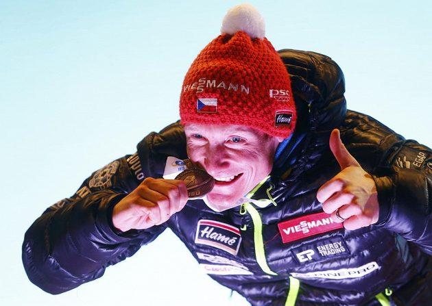 Český biatlonista Ondřej Moravec si užíval stříbrnou radost.