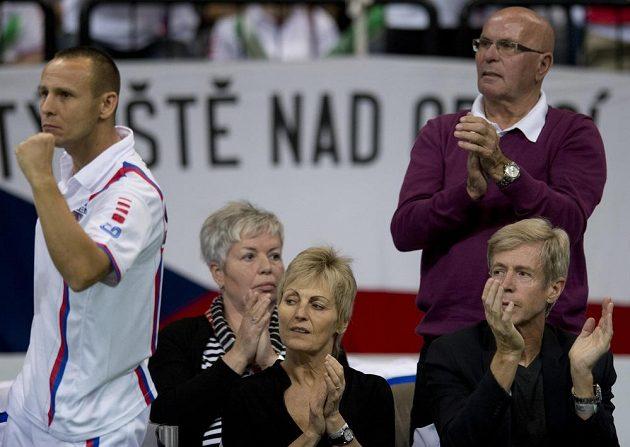 Rodiče Tomáše Berdycha Martin a Hana Berdychovi (vpředu) a Radka Štěpánka Vlastimil a Hana Štěpánkovi (vzadu) během čtyřhry.