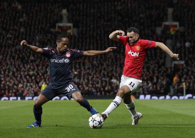 Leandro Salino z Olympiakosu (vlevo) brání záložníka Manchesteru United Ryana Giggse v odvetném osmifinálovém zápase Ligy mistrů.