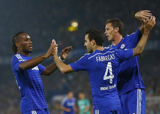 Fotbalisté Chelsea zleva Didier Drogba, Cesc Fábregas a Nemanja Matič slaví gól v utkání proti Schalke 04.