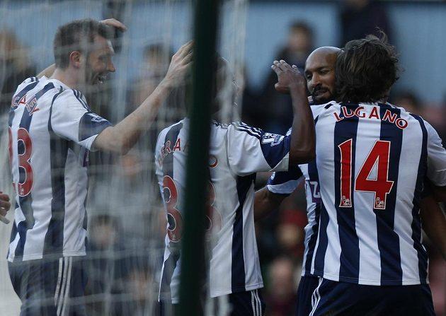 Útočník West Bromwiche Albion Nicolas Anelka (druhý zprava) se raduje z gólu na půdě West Hamu.