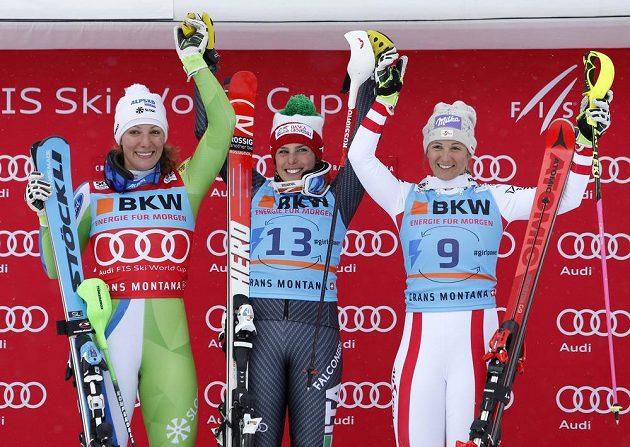 Stupně vítězů kombinačního závodu žen. Zleva druhá Slovinka Štuhecová, uprostřed vítězná Italka Brignoneová a vpravo třetí Rakušanka Kirchgasserová.