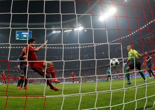 Mario Gomez střílí druhý gól Bayernu. V tu chvíli ale stál v ofsajdu.