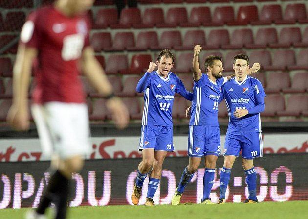 Zleva Oleksander Azackij, Milan Baroš a Robert Hrubý z Baníku se radují z gólu na Spartě.