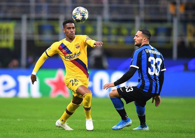 Junior Firpo z Barcelony a Danilo D'Ambrosio z Interu Milán bojují o míč.