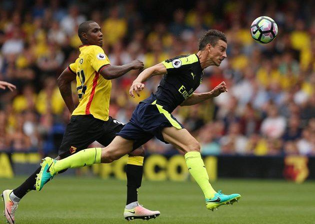 Arsenalský Laurent Koscielny (vpředu) a Odion Ighalo z Watfordu.