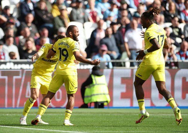 Fotbalisté Brentfordu slaví úvodní gól zápasu s West Hamem.